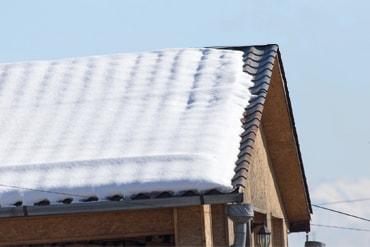 屋根に雪が積もっている写真