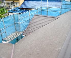 コロニアル屋根の葺き替え | ひび割れによる雨漏り修繕サムネイル